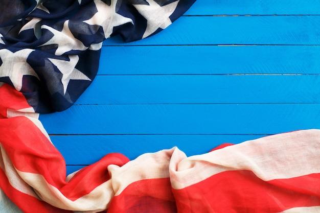 Bandeira americana na madeira azul. a bandeira dos estados unidos da américa. Foto Premium