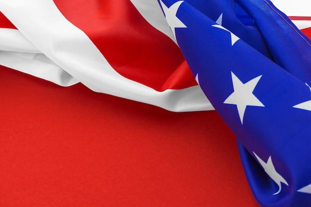 Bandeira americana no vermelho Foto Premium