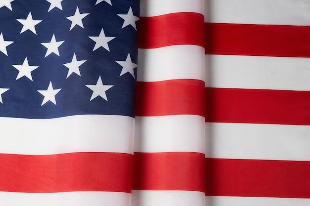 Bandeira curva de textura de cetim dos eua. dia da memória ou 4 de julho. Foto Premium