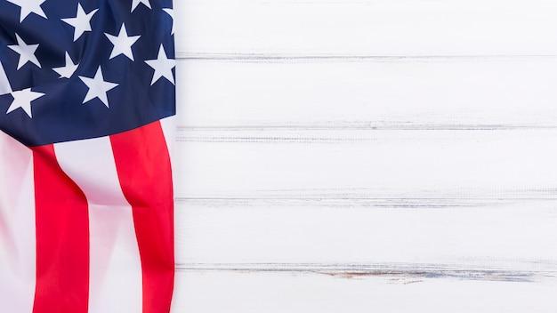 Bandeira da bandeira americana na superfície branca Foto gratuita