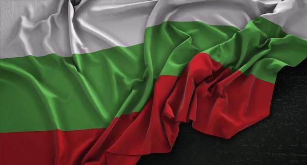 Bandeira da bulgária enrugada no fundo escuro 3d render Foto gratuita