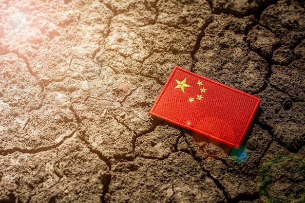 Bandeira da china em solo rachado abandonado. Foto Premium