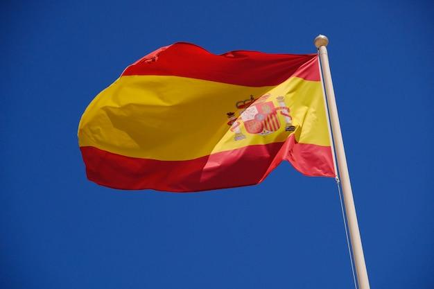 Bandeira da espanha contra um céu azul Foto Premium