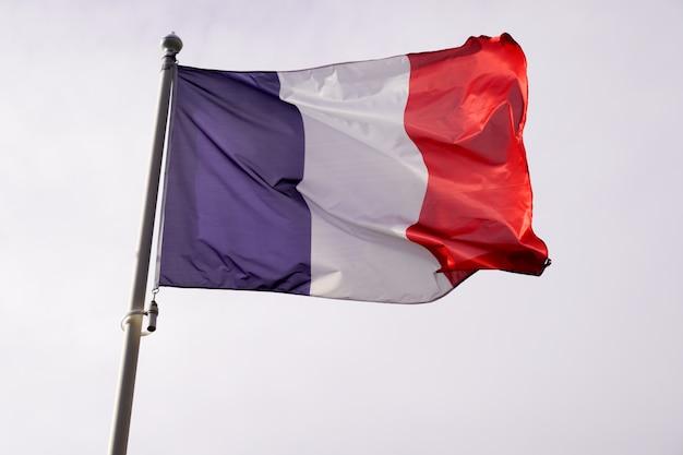 Bandeira da frança acenando sobre céu azul branco vermelho cor Foto Premium