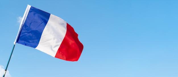 Bandeira da frança balançando ao vento no céu Foto Premium