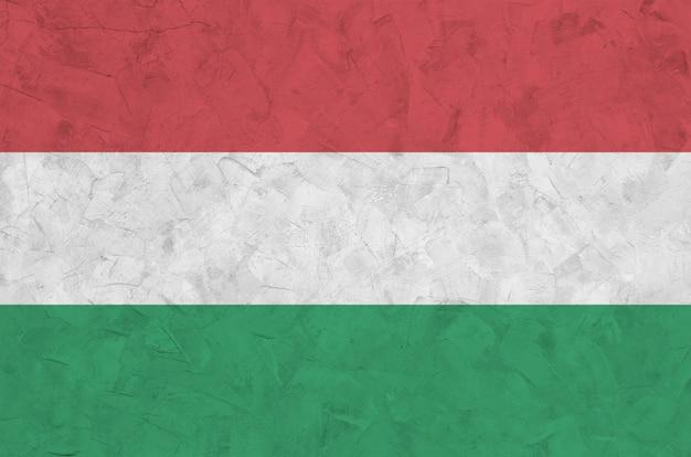Bandeira da hungria retratada em cores brilhantes de tinta na parede de reboco em relevo antigo. Foto Premium