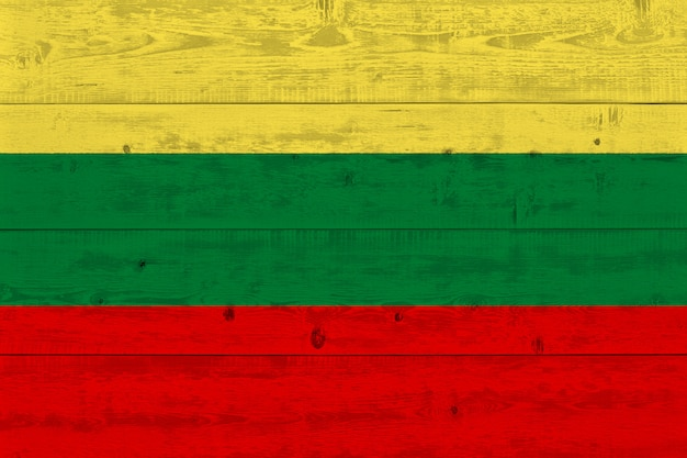 Bandeira da lituânia pintada na prancha de madeira velha Foto Premium