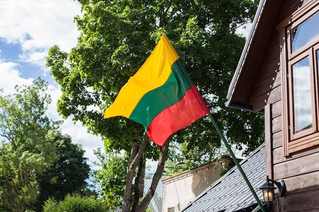 Bandeira da lituânia se desenvolve na parede da casa Foto Premium