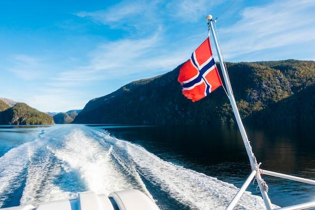 Bandeira da noruega no ferry boat com céu azul Foto Premium