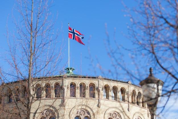 Bandeira da noruega no telhado do edifício do parlamento Foto Premium