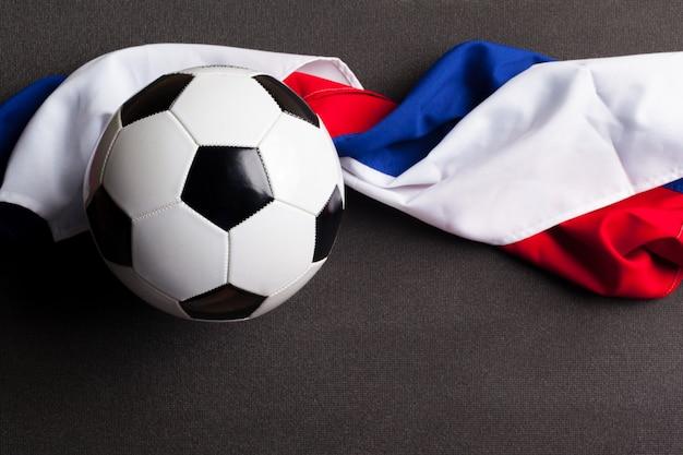 Bandeira da rússia com bola de futebol Foto Premium