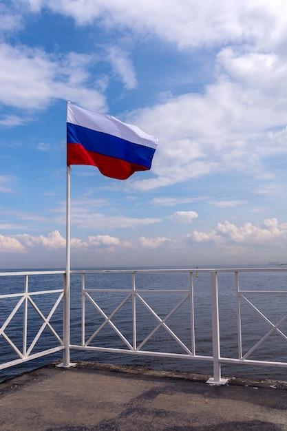 Bandeira da rússia no mastro da bandeira acenando Foto Premium