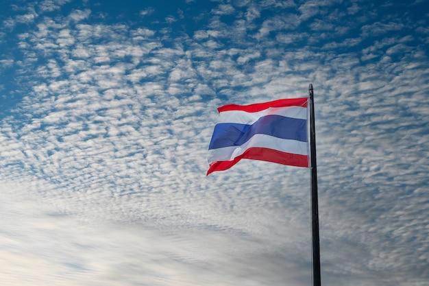 Bandeira da tailândia acenando contra o fundo do céu azul Foto Premium