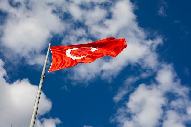 Bandeira da turquia e céu azul Foto Premium