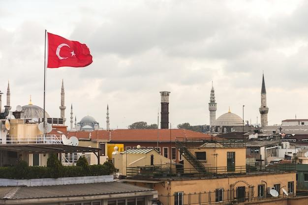 Bandeira da turquia e istambul telhados vista com mesquita Foto Premium