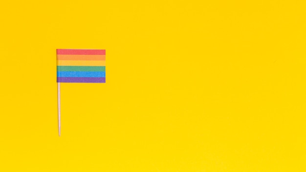 Bandeira de arco-íris lgbt em fundo amarelo Foto gratuita