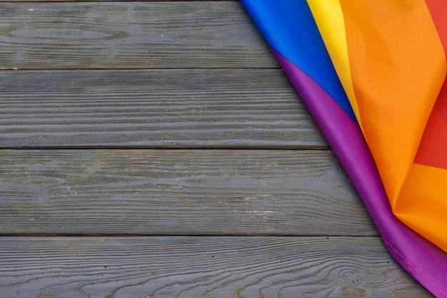 Bandeira de arco-íris lgbt no fundo da mesa de madeira Foto Premium