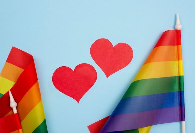 Bandeira de corações e dia do orgulho Foto gratuita