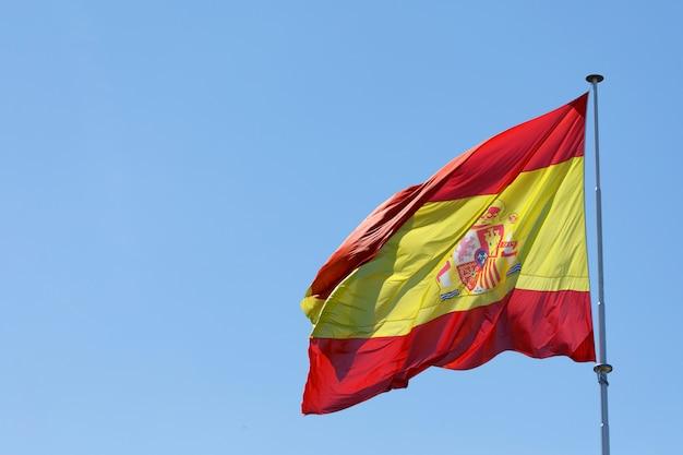 Bandeira de espanha balançando ao vento Foto Premium