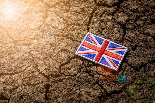 Bandeira de inglaterra em terreno rachado abandonado. Foto Premium