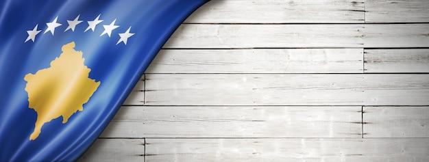Bandeira de kosovo na velha parede branca. banner panorâmico horizontal. Foto Premium