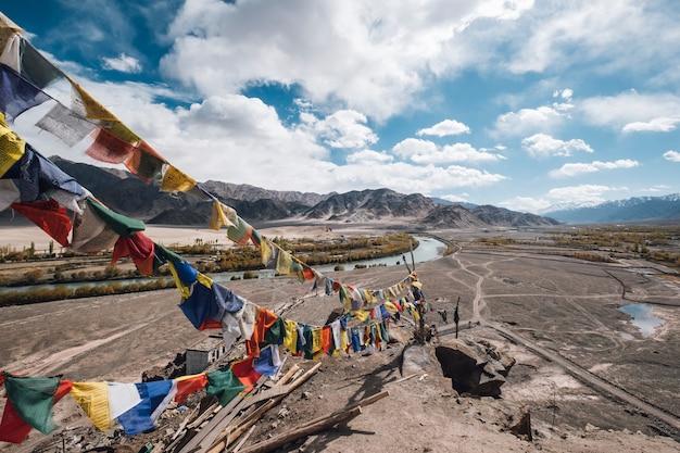 Bandeira de leh ladak para fé na montanha Foto gratuita