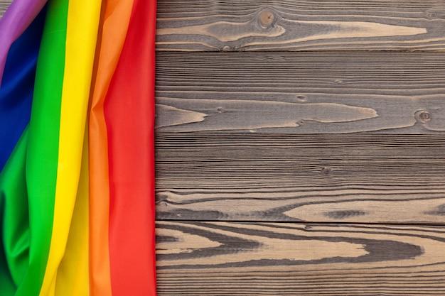Bandeira de lgbt arco-íris no fundo da mesa de madeira Foto Premium