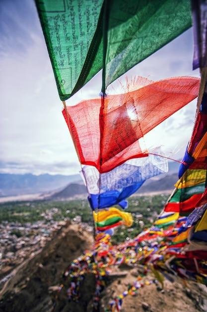 Bandeira de oração em leh - capital Foto Premium