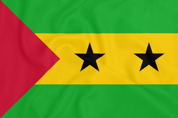 Bandeira de são tomé e príncipe em tecido texturizado. símbolo patriótico Foto Premium