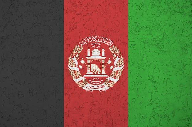 Bandeira do afeganistão, representada em cores brilhantes de tinta na parede de reboco em relevo antigo. banner texturizado em fundo áspero Foto Premium