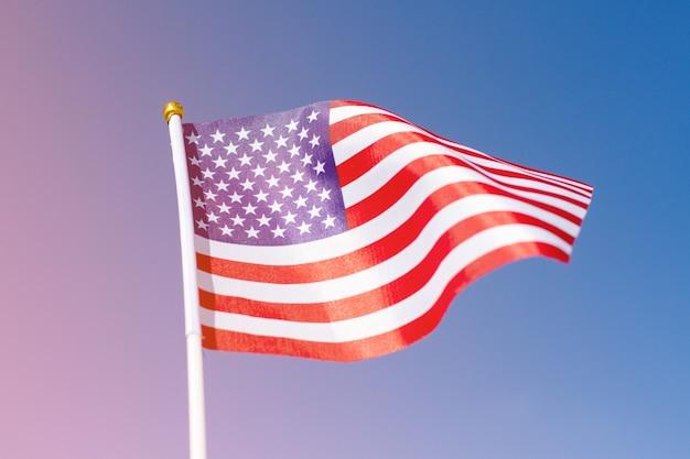 Bandeira do eua balançando no céu azul. bandeira americana com espaço para seu conteúdo. Foto Premium