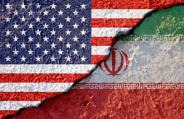 Bandeira do eua e bandeira do irã em danos de parede rachada Foto Premium