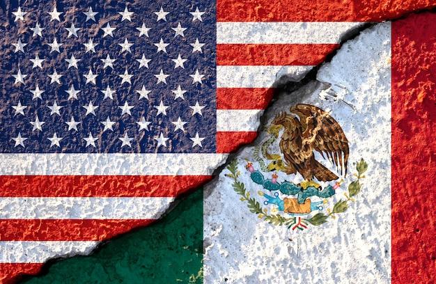 Bandeira do eua e bandeira do méxico na parede rachada Foto Premium