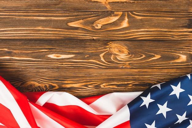 Bandeira do eua na mesa de madeira Foto gratuita