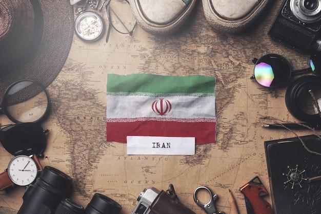Bandeira do irã entre acessórios do viajante no antigo mapa vintage. tiro aéreo Foto Premium