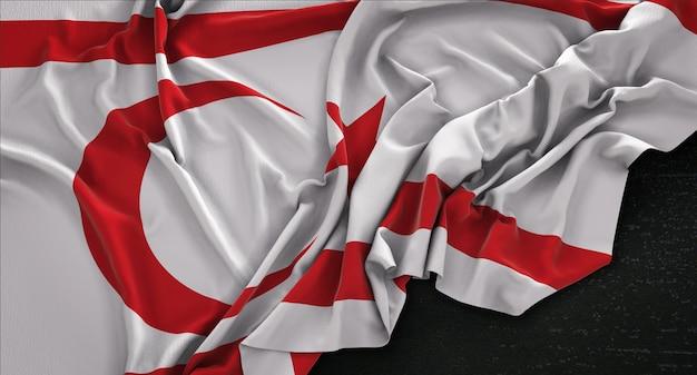 Bandeira do norte de chipre enrugada no fundo escuro 3d render Foto gratuita