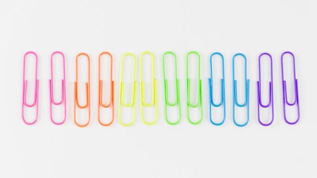 Bandeira do orgulho com clipes de papel coloridos Foto gratuita