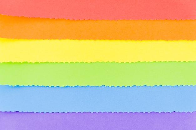 Bandeira do orgulho com folha de papel colorido Foto gratuita