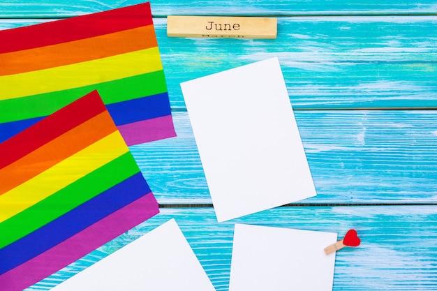 Bandeira do orgulho gay na mesa de madeira Foto Premium