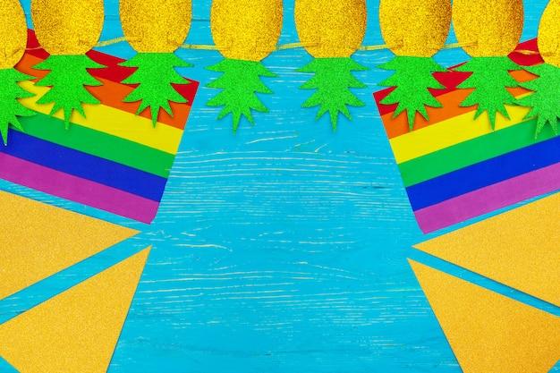Bandeira do orgulho gay no fundo da mesa de madeira Foto Premium