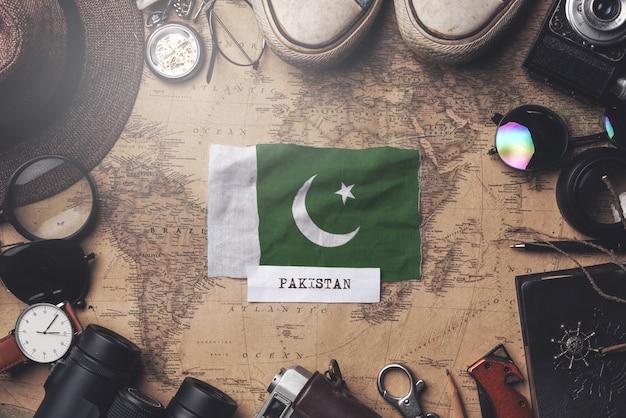 Bandeira do paquistão entre acessórios do viajante no antigo mapa vintage. tiro aéreo Foto Premium