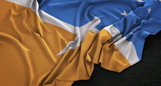 Bandeira do tierra del fuego enrugada no fundo escuro 3d render Foto gratuita