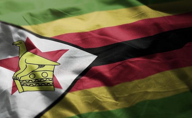 Bandeira do zimbabwe amarrotada close up Foto Premium