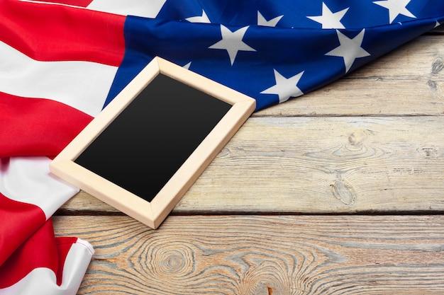 Bandeira dos estados unidos da américa em fundo de madeira. feriado dos eua de veteranos, memorial, independência e dia do trabalho. Foto Premium