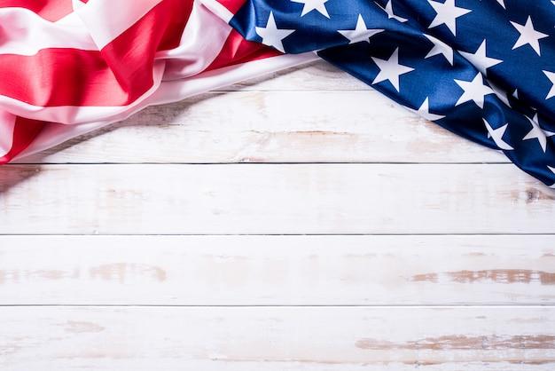 Bandeira dos estados unidos da américa em fundo de madeira Foto Premium