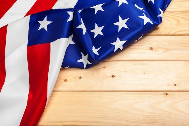 Bandeira dos estados unidos da américa em madeira, feriado de eua dos veteranos, memorial, independência e dia do trabalho. Foto Premium