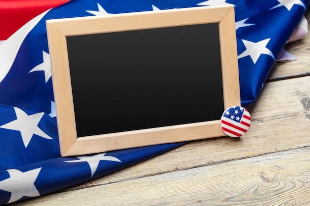 Bandeira dos estados unidos da américa na mesa de madeira. feriado dos eua de veteranos, memorial, independência e dia do trabalho. Foto Premium