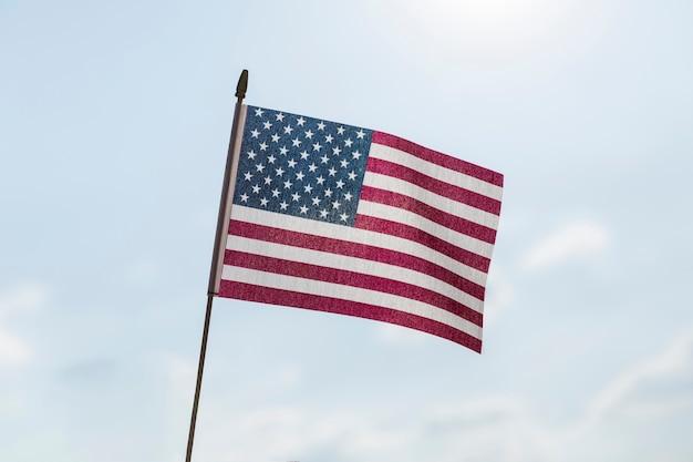 Bandeira dos eua, acenando na brisa no dia claro e ensolarado Foto gratuita
