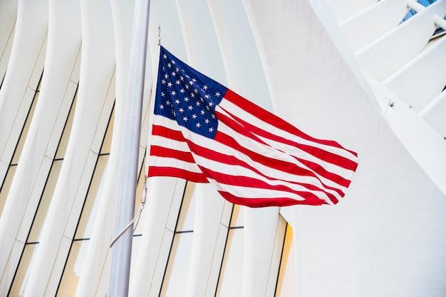 Bandeira dos eua contra o edifício Foto gratuita