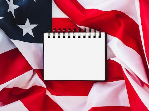 Bandeira dos eua e página em branco Foto Premium